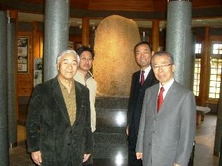発見者の孫の川村要一郎氏(手前左)から説明